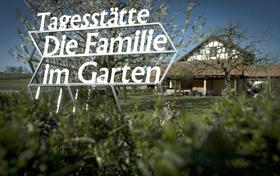 Familie im Garten: Flexible Tages- und Nachtbetreuung in St. Ursen